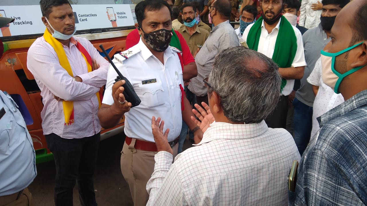 Bandh call received meagre response, police arrests protesters in Udupi