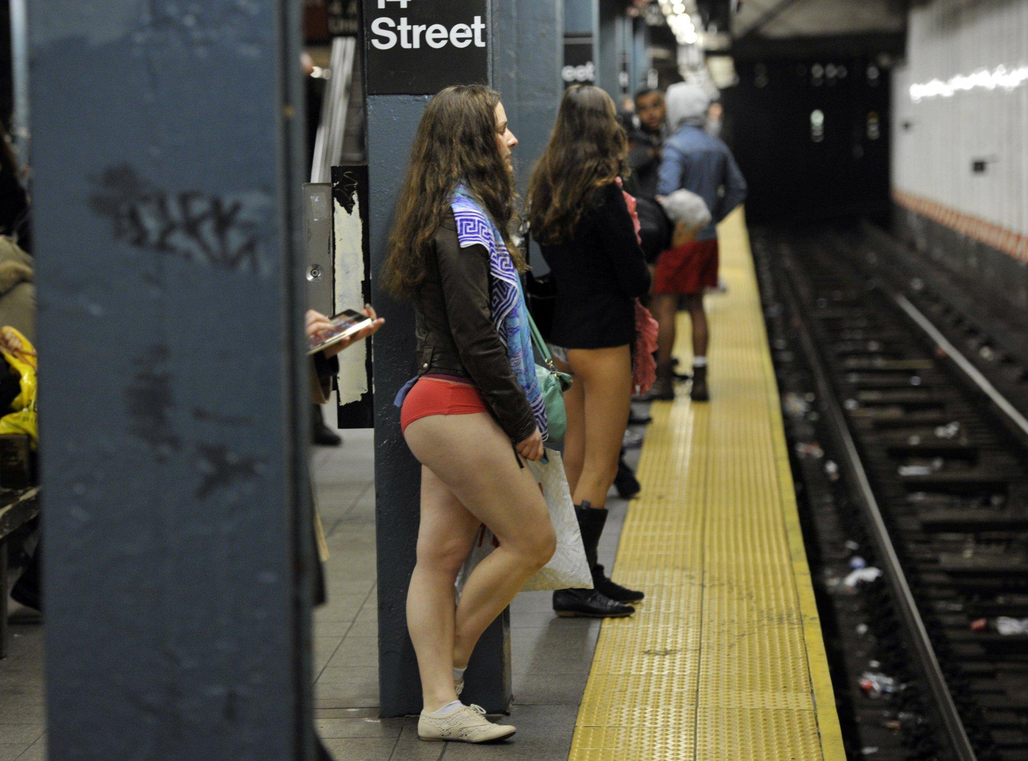 Фото под юбкаи в метро 9 фотография