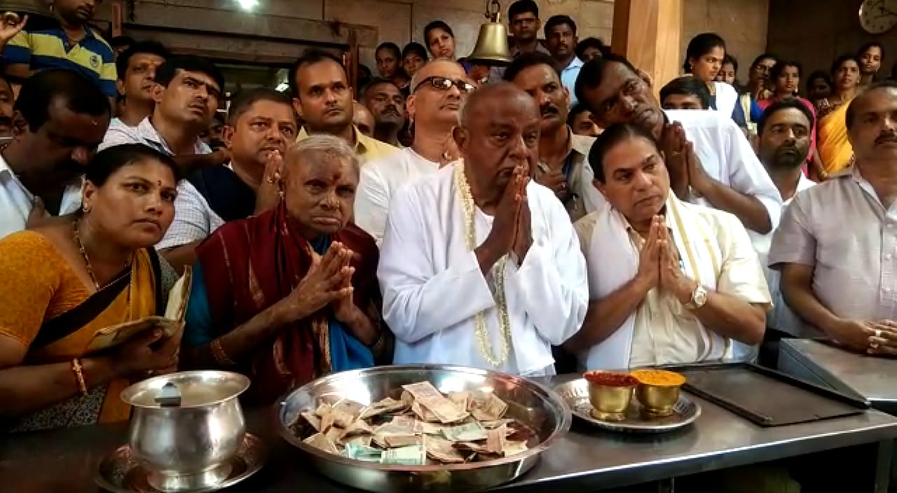 Former Prime Minister H D Devegowda offers special prayers at Amrutheswari Temple, Kota