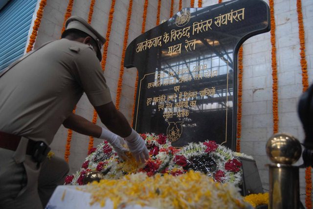 Governor lays wreath at memorial for 26/11 victims on 3rd Anniversary of Mumbai terror attack