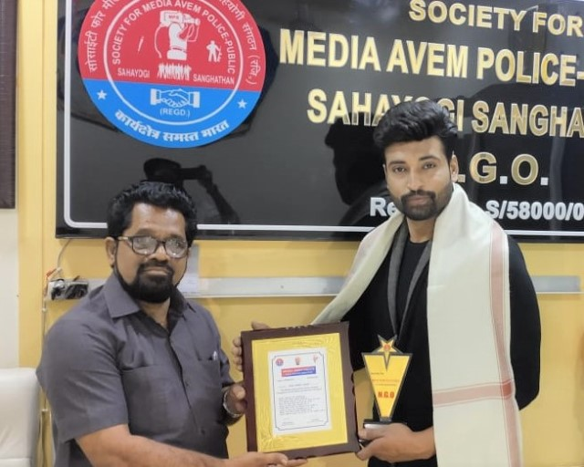 Actor Rangshahi felicitated by social organisation in Surat