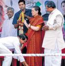 Sonia pitches for stable govt