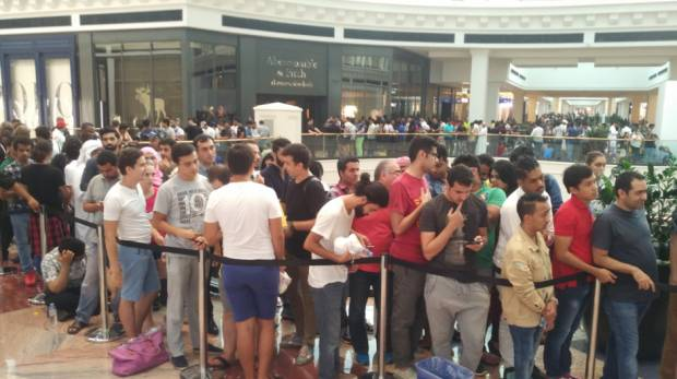 Hundreds queue up for iPhone 7 in Dubai