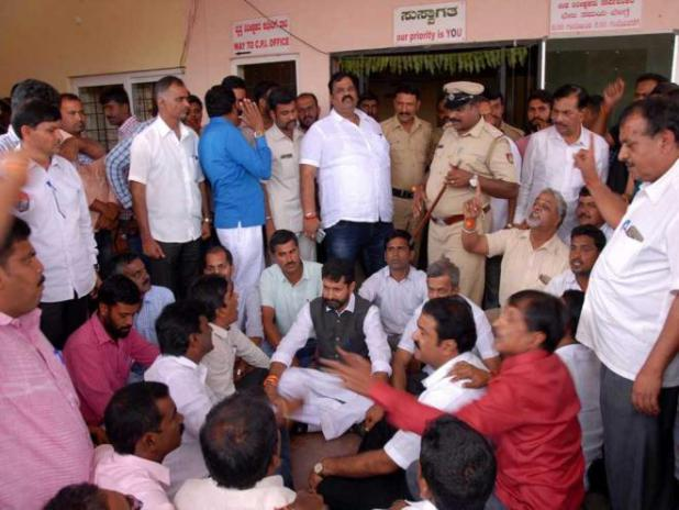 Sub-inspector 'bashes' BJP workers; MLAs protest outside police station