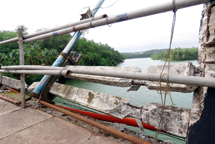 Dangerous state of Chandragiri Bridge's parapet!