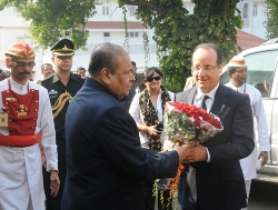 French President Hollande meets Maha Governor; evinces keen interest in N Power, Bollywood.