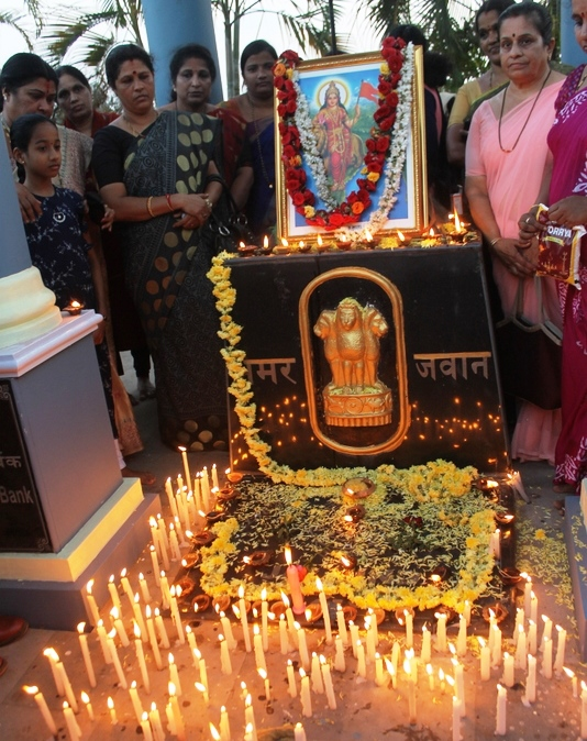 Udupi citizens' pays tribute and light candles for the slain soldiers