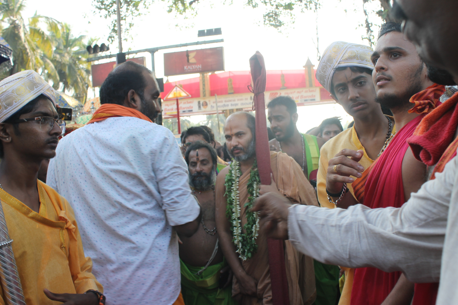 Rousing welcome to Shri Ishapriya Theertha Swamiji during his