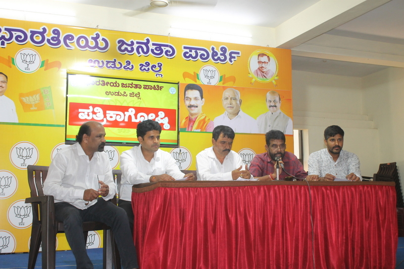 Road accident at Santhekatte, passengers miraculously unhurt in both the vehicles