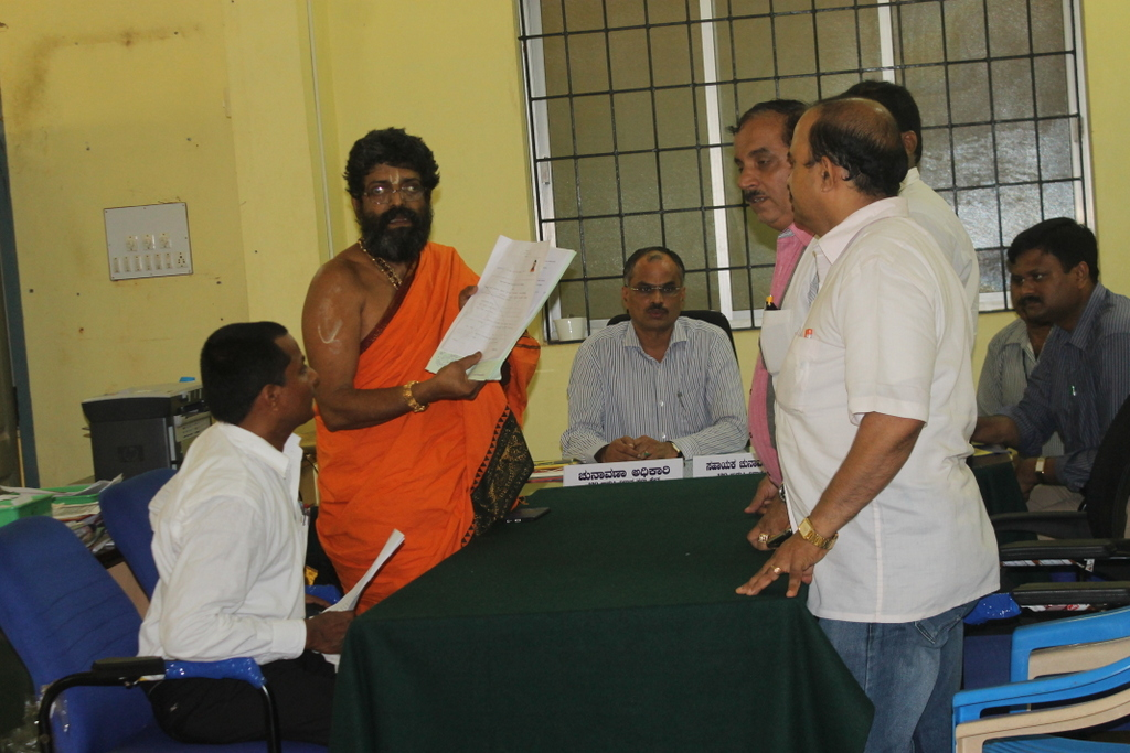 Shiroor Swamiji files nomination to contest election as Independent Candidate from Udupi Constituency