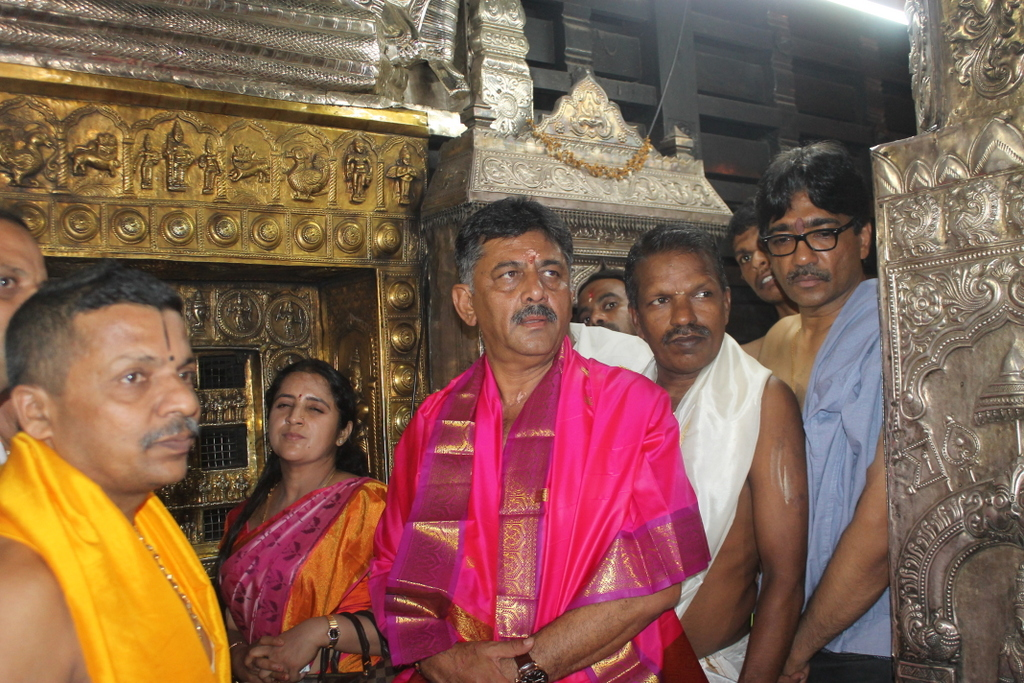 D. K. Shivakumar, Chairman of Election Campaign Committee visits Sri Krishna Math