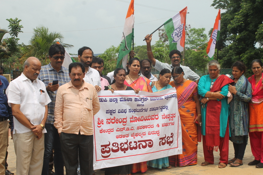 Distirct Women Congress protest against the failures of Narendra Modi government