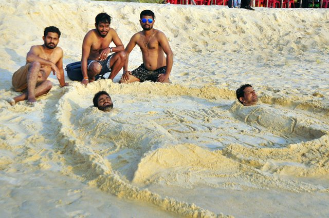 Mangaluru: 'Save Suvarna Tribhuja' - sand art by reporters at Panambur beach