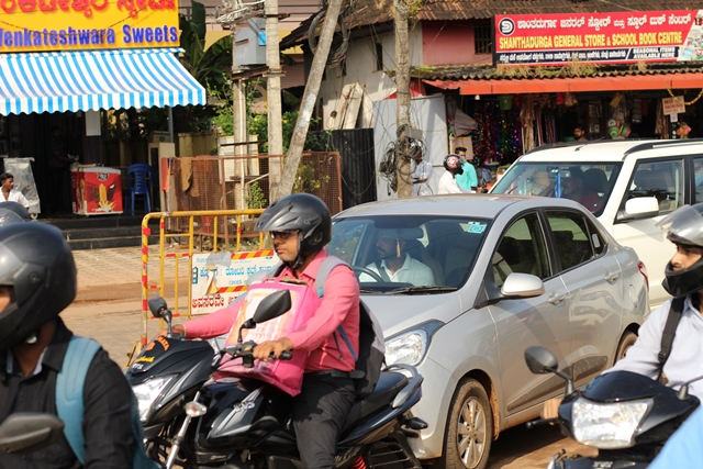 Udupi: Traffic congestion and dangers to pedestrians at Santhekatte Junction.