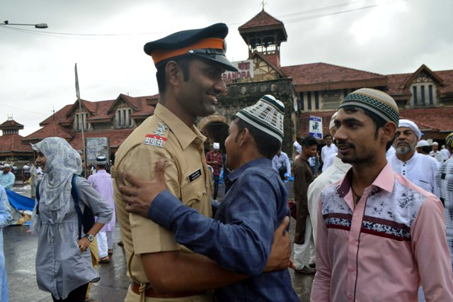 Eid ul-Fitr 2018: Mumbai Police gives roses to wish people Eid Mubarak and Tweeple are loving it!