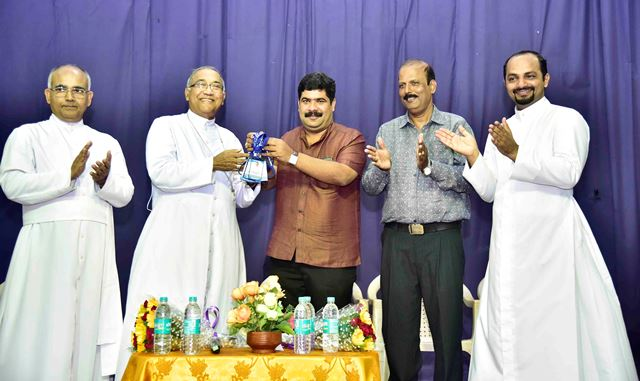 Vedavyasa Kamath unveiled the badges of the volunteers