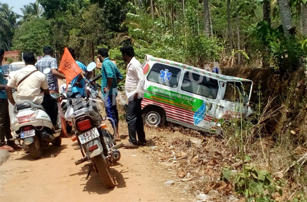 Kokkada road accident: Ambulance shifting the injured ends in the drain