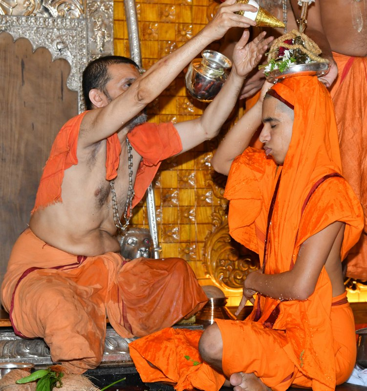 Sri Vidhyarajeshwara Theertha Swamiji anoints as junior seer of Palimar Math
