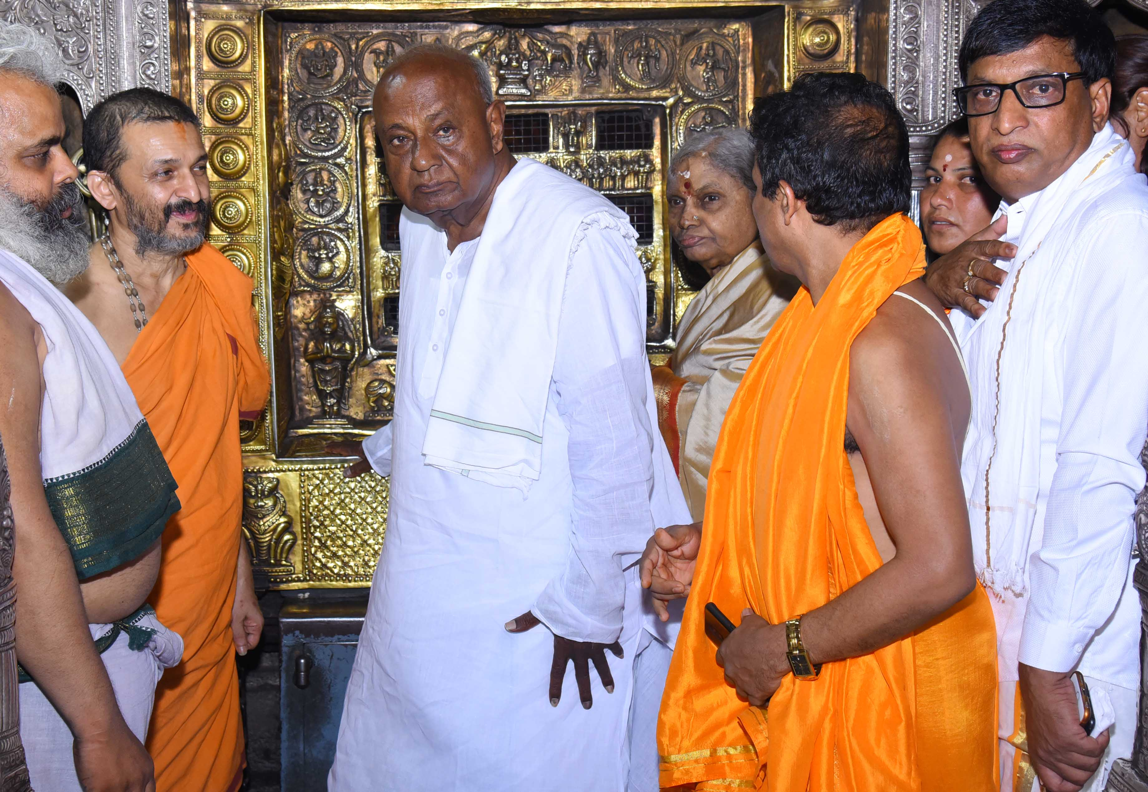 Former Prime Minister & JD(S) party supremo Devegowda visits Sri Krishna Math