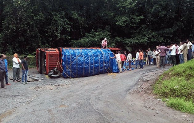 Toppled truck on Charmady Ghat causes traffic disruption