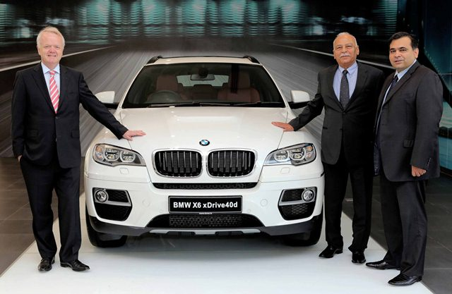 Mr Philipp von Sahr, President, BMW Group India with Mr Radhe Kapur, Chairman, Deutsche Motoren and Mr Yadur Kapur, MD, Deutsche Motoren