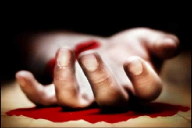 Women cuts wrist with a blade to commit suicide near Shirva