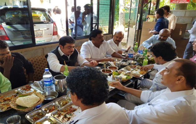 Minister tips 25k and gifts pilgrimage to cook in M'luru