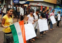 Hundreds of Mumbaikars form human chain in protest against blasts