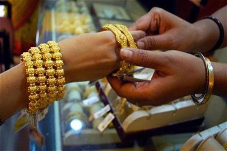 Gold slumps by Rs.500 to hit 1-month low at Rs.26,800