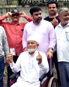 Pune's 102-year-old great-grandpa votes with 270-member family