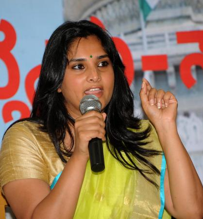 Ramya turns social media teacher for Youth Cong workers