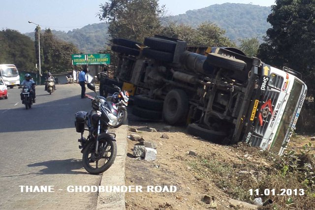 Kemmannu com | Ghodbunder Road gets road barricades from